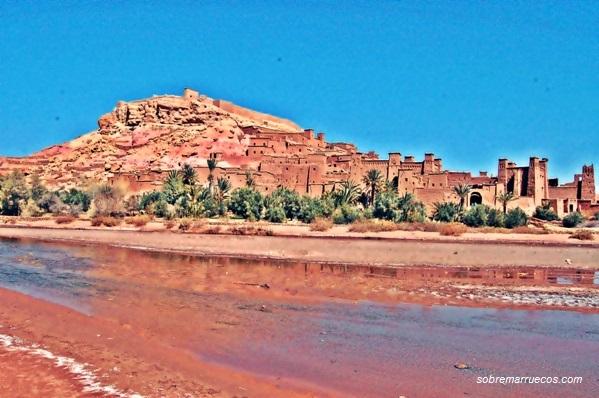 Vista de la Kasbah Ait Ben Haddou al otro lado del rio