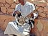 musico-en-una-kasbah-del-desierto