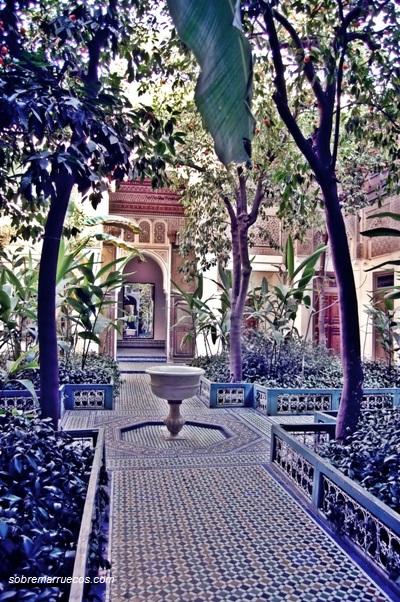 detalle-de-una-habitacion-con-jardin-dentro-del-palacio-bahia
