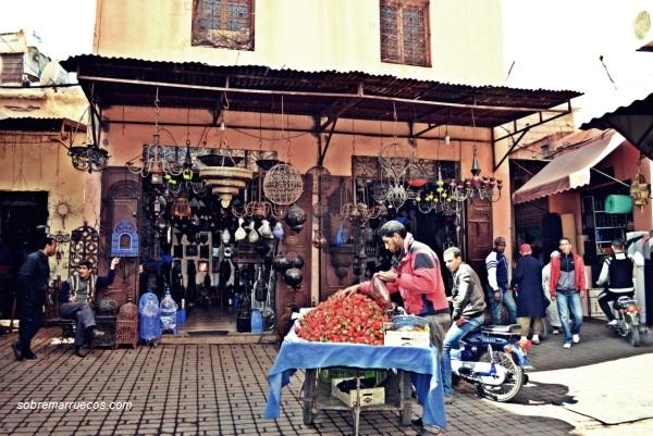 puesto-de-fresas-junto-a-tienda-del-zoco-de-marrakech