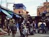 calle-llena-de-gente-en-el-zoco-de-marrakech