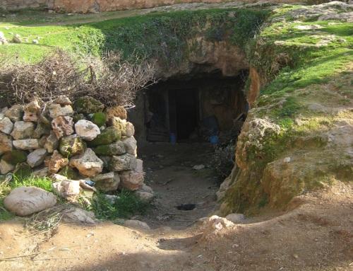 Casa en una cueva en Bhalil